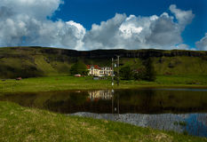 Granja vieja en Islandia Montañas verdes Imagenes de archivo