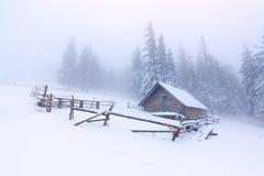 Granja vieja en las montañas Fotografía de archivo libre de regalías