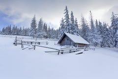 Granja vieja en las montañas Foto de archivo libre de regalías