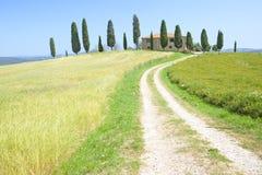 Granja y cipreses en Toscana Imagenes de archivo