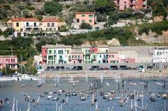 Granja y playa del mejillón de Portovenere en el puerto Fotos de archivo