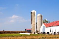 Granja y silos auténticos de Amish fotos de archivo libres de regalías