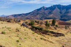 Granjas de la montaña con las chozas del Basotho en Lesotho imágenes de archivo libres de regalías