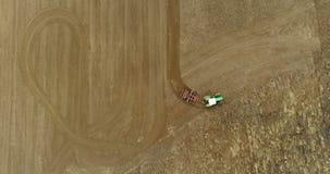 Granjero agrícola que cultiva el campo 4K almacen de video