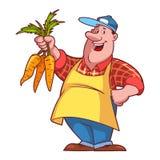 Granjero alegre en un delantal con una zanahoria en sus manos Foto de archivo