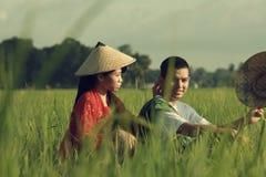 Granjero asiático en el campo del arroz Foto de archivo libre de regalías