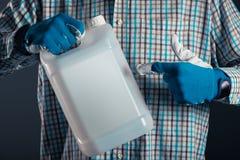 Granjero con el bote plástico del tenk con los pesticidas fotos de archivo