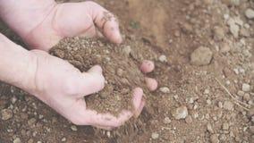 Granjero con el puñado de suelo Fondo de la agricultura metrajes