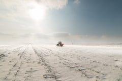 Granjero con el sembrador del tractor - la siembra cosecha en el campo agrícola Foto de archivo