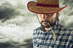 Granjero con el sombrero de paja del vaquero foto de archivo libre de regalías