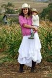 Granjero de la mujer con su hijo Foto de archivo libre de regalías