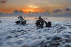 Granjero de la sal de Kusamba que recoge la agua de mar Bali Fotos de archivo
