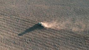 Granjero de la visi?n a?rea en el tractor que prepara la tierra con el cultivador del semillero en tierras de labrant?o El alimen almacen de metraje de vídeo