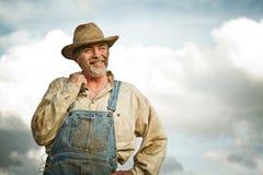 granjero de los años 30 que sonríe en el Sun Imagenes de archivo