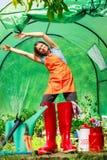 Granjero de sexo femenino y herramientas que cultivan un huerto en jardín Fotos de archivo libres de regalías