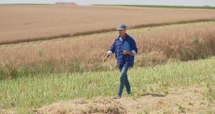 Granjero de sexo masculino maduro Writing On Clipboard en la granja Agricultura moderna almacen de metraje de vídeo