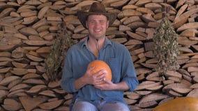 Granjero de sexo masculino que celebra una calabaza y una sonrisa almacen de metraje de vídeo