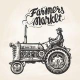 Granjero dibujado mano que monta un tractor Los granjeros comercializan, poniendo letras Bosquejo del vintage, ejemplo del vector Imágenes de archivo libres de regalías