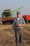 Granjero, dinero y cosecha, concepto agrícola Fotos de archivo