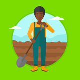 Granjero en el campo con la pala Imagen de archivo libre de regalías