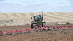 Granjero en el tractor que prepara la tierra con el cultivador del semillero en tierras de labrant?o Granjeros que preparan la ti almacen de metraje de vídeo