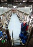 Granjero en granja de la vaca Fotografía de archivo
