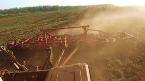 Granjero en la tierra preparada de tierra del suelo de la agricultura de Rusia del movimiento del steadicam del tractor con el cu almacen de metraje de vídeo