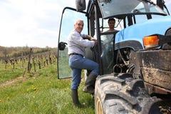 Granjero en viñedo con el alimentador Foto de archivo libre de regalías