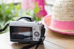 Granjero Hat con la cámara para el fondo de las vacaciones de verano Imágenes de archivo libres de regalías