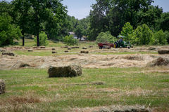 Granjero Haying Field Fotos de archivo
