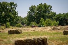 Granjero Haying Field Imagen de archivo