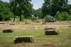 Granjero Haying Field Imagenes de archivo