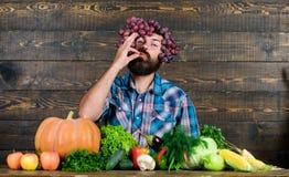 granjero maduro barbudo Comida org?nica y natural V?spera de Todos los Santos feliz comida estacional de la vitamina Fruta y verd imágenes de archivo libres de regalías