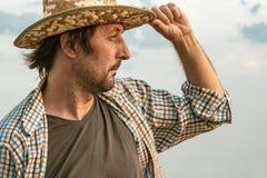 Granjero preocupante en campo de la cebada en un día ventoso imágenes de archivo libres de regalías