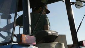 Granjero que conduce el tractor en el campo de la patata almacen de video
