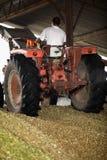 Granjero que conduce su tractor Imagenes de archivo