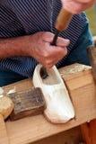 Granjero que demuestra la fabricación de estorbos holandeses fotografía de archivo libre de regalías