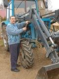 Granjero que repara el tractor 2 Fotos de archivo libres de regalías