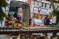 Granjero Selling Jams, jaleas y cotos Fotos de archivo libres de regalías