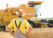 Granjero y cosechadora Fotos de archivo