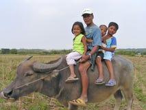 Granjero y grandkids de Filipinas Foto de archivo libre de regalías