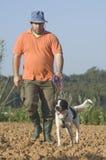 Granjero y su perro Fotografía de archivo libre de regalías