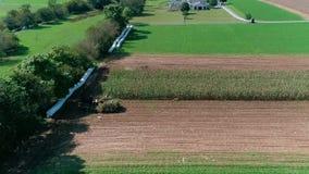 Granjeros de Amish que cosechan allí cosechas de la caída como visto por el abejón