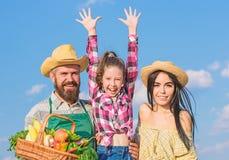 Granjeros de la familia orgullosos de concepto del festival de la cosecha de la cosecha de la ca?da Vida en ventajas del campo Pa fotos de archivo libres de regalías