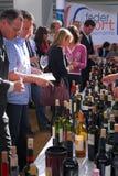 Granjeros de la feria de comercio del vino en el escritorio con los importadores y los distribuidores mundiales fotografía de archivo
