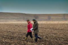 Granjeros en campo arado Imagenes de archivo