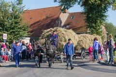 Granjeros holandeses con un carro tradicional del heno en un co Fotos de archivo libres de regalías