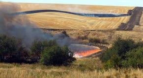 Granjeros que trabajan el fuego agrícola intencional controlado de la quemadura imágenes de archivo libres de regalías