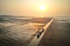 Granjeros que trabajan en la playa Éste es una de las granjas más grandes de la almeja de Vietnam septentrional fotos de archivo