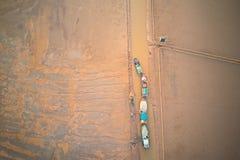 Granjeros que trabajan en la playa Éste es una de las granjas más grandes de la almeja de Vietnam septentrional imagenes de archivo